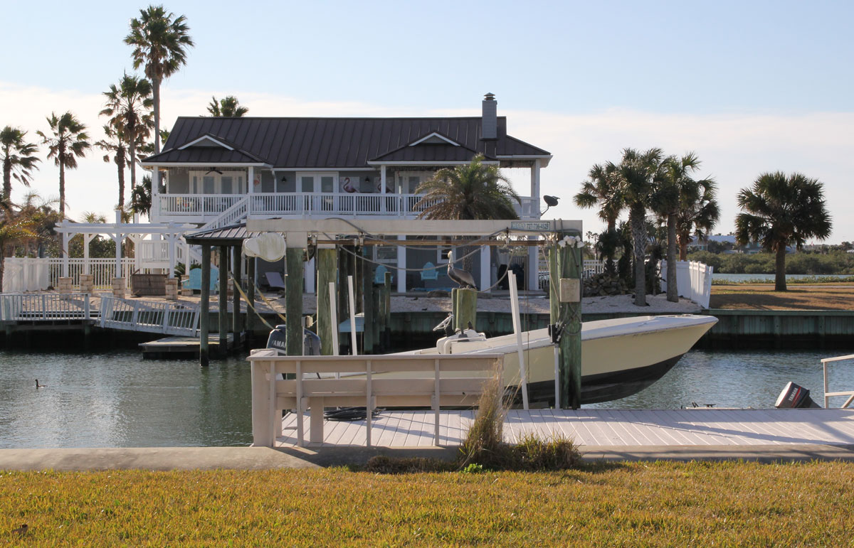 Steve's home and dock... What a place !! A beautiful Pelican is resting on one of the pillars. Dolphins swim all around...